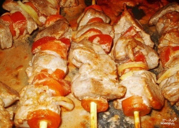 Нанизать на шампуры мясо, чередуя его с помидорами, полить остатками маринада.