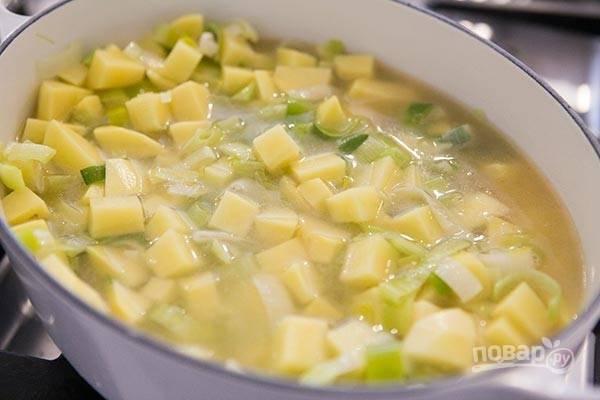 4.Нарежьте мелко картофель и выложите его в кастрюлю, влейте бульон.