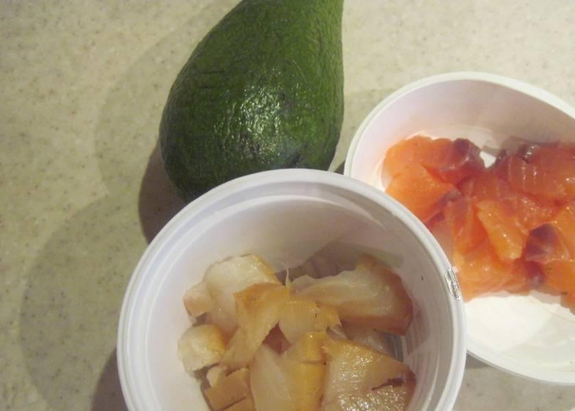 Рыбу и авокадо режем тонкими ломтиками. Готовые тарталетки с креветками и авокадо наполняем сливочным сыром, а сверху выкладываем рыбу, креветки и авокадо. Приятного аппетита!