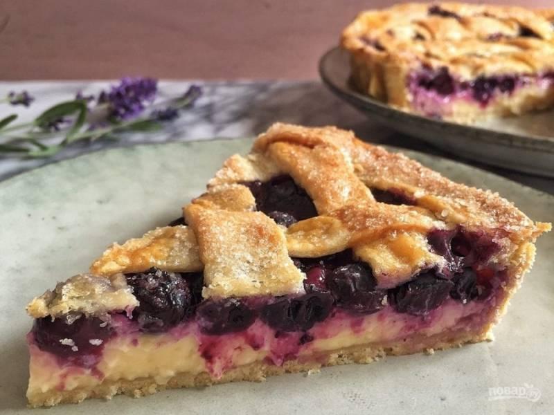 9.Выпекайте пирог в разогретой до 180 градусов духовке 45-55 минут, затем остудите и подавайте к столу.