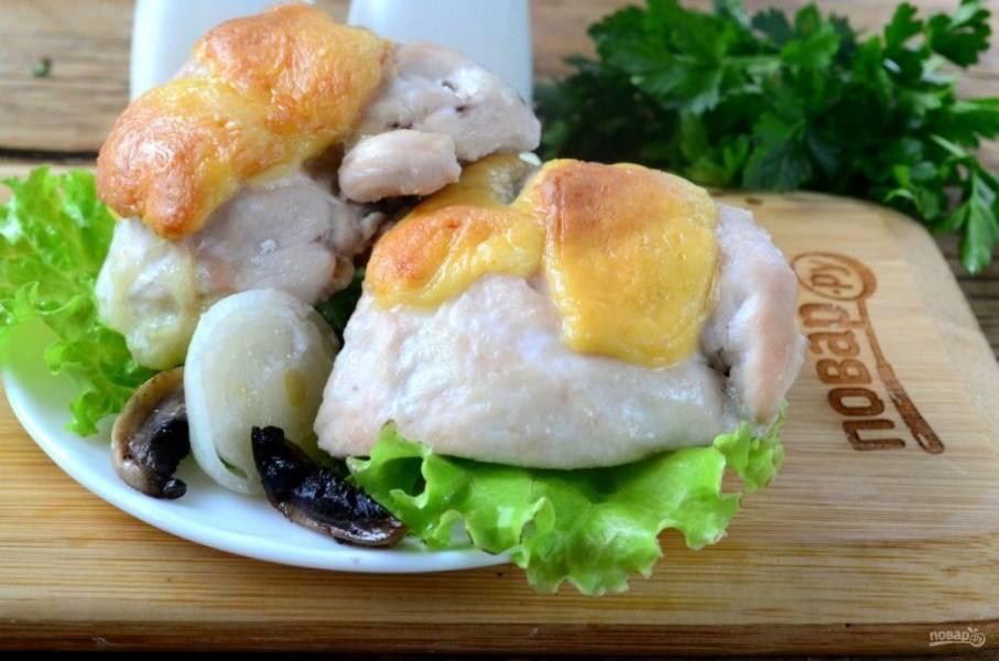 Готовые кармашки из куриной грудки подавайте горячими. Кушайте с удовольствием!
