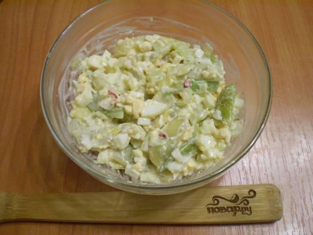 Перемешиваем салат. Оставляем его в холодильнике на 10-15 минут остыть и пропитаться. Готово!