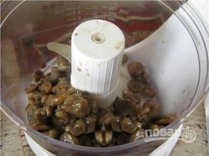 Жареные остывшие грибы пропускаем через мясорубку. Добавляем соль и перец по вкусу.