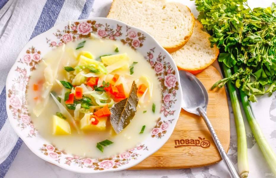 Разлейте горячее в глубокие тарелки и подайте к столу вместе с хлебом, пампушками и другой несладкой выпечкой.