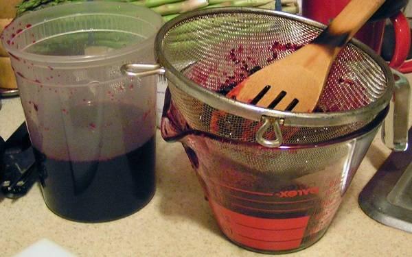 4. Ягоды лучше оставить на время, чтобы смородина отдала весь свой сок и пропиталась как следует сахаром. Если свободного времени нет, тогда можно сразу приступить к следующему процессу. Немного остывшие ягоды понемногу добавлять в сито и как следует перетереть, чтобы в сироп не попали косточки или шкурки.