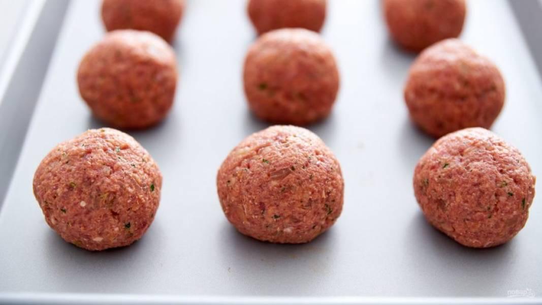 4.Сформируйте шарики из фарша, отщипывая от него небольшие кусочки.