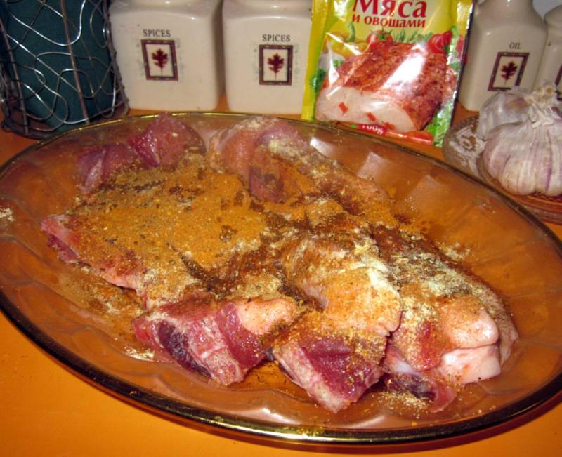 1. Мясо смешаем с 2 ст.л. кетчупа, лимонным соком и специями. Оставим постоять на полчаса в сторонке.