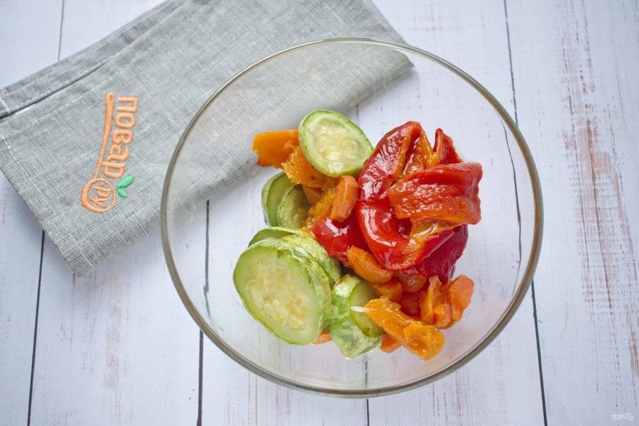 Снимите кожицу с перца и тыквы. Пробейте запеченные овощи до однородности при помощи блендера.