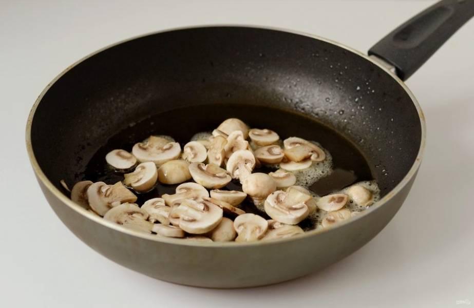 Нарежьте шампиньоны ломтиками. Разогрейте сковороду на среднем огне. Обжарьте грибы примерно 5 минут.