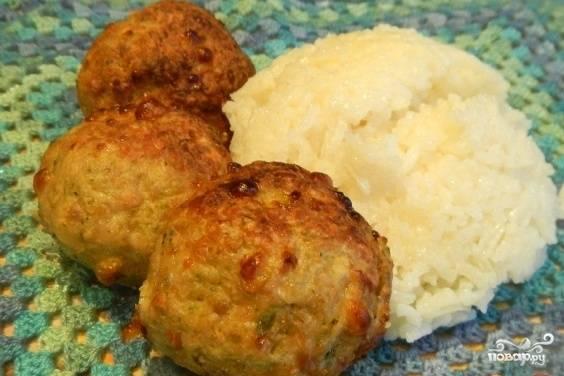 Далее достаньте блюдо, полейте его оставшейся сметаной и запекайте ещё 10 минут. Котлеты я подала с рисом. Приятного аппетита!