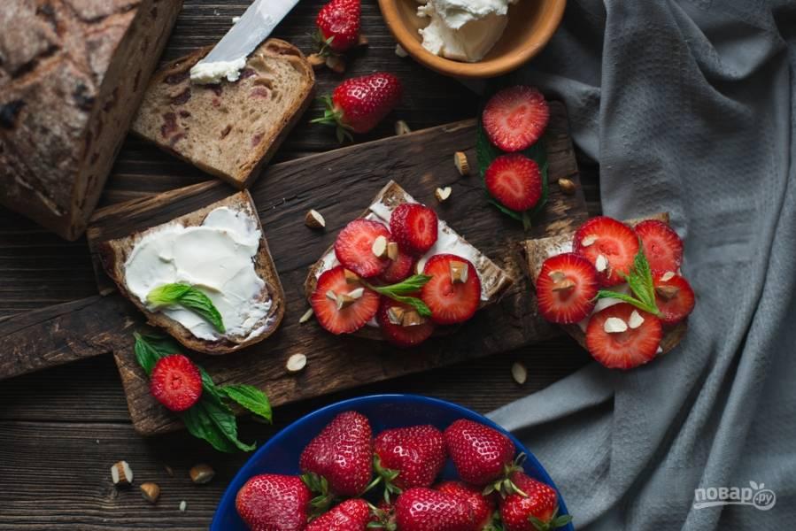 12 неожиданных рецептов с клубникой: от закуски с перцем до холодного супа