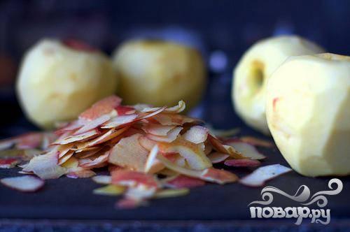 1. Сделать начинку. Яблоки очистить от кожуры, сердцевины и нарезать ломтиками. Разогреть духовку до 160 градусов. Смазать маслом форму для пирога.