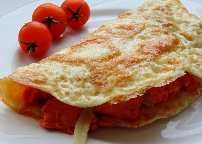 Складываем блин пополам и перекладываем его на тарелку. Наш завтрак готов, приятного всем аппетита!