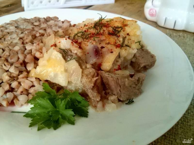 Добавьте паприку и измельченный укроп. Подавайте готовое блюдо горячим, с любимым гарниром или свежими овощами. Приятного аппетита!