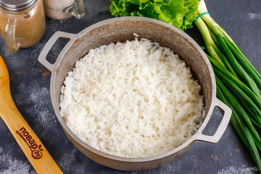 Промойте рис и всыпьте его в казан. Отварите до готовности примерно 15-20 минут, влив горячую воду. Затем смешайте сахар, соль и рисовый уксус, влейте в рис и перемешайте. Оставьте до остывания на 20 минут.