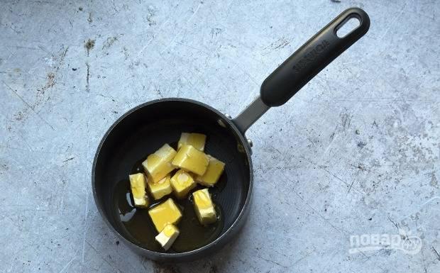 3.В сотейник выложите сироп и мягкое сливочное масло. Отправьте сотейник на огонь и растопите.