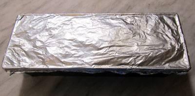 """Полученный курино-свиной фарш выкладываем в прямоугольную форму для запекания так, чтобы получился """"кирпичик"""" (наподобие хлебной буханки). Накрываем фольгой и отправляем на 45 минут в духовку, предварительно разогретую до 180 градусов."""