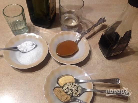 Отмеряем все необходимые нам продукты. Сахар лучше брать тростниковый, но отлично подойдет и обычный. Вместо рисового вина будем использовать винный уксус. Чеснок и имбирь можно брать свежие, но потом соус следует процедить, чтобы избавиться от кусочков.