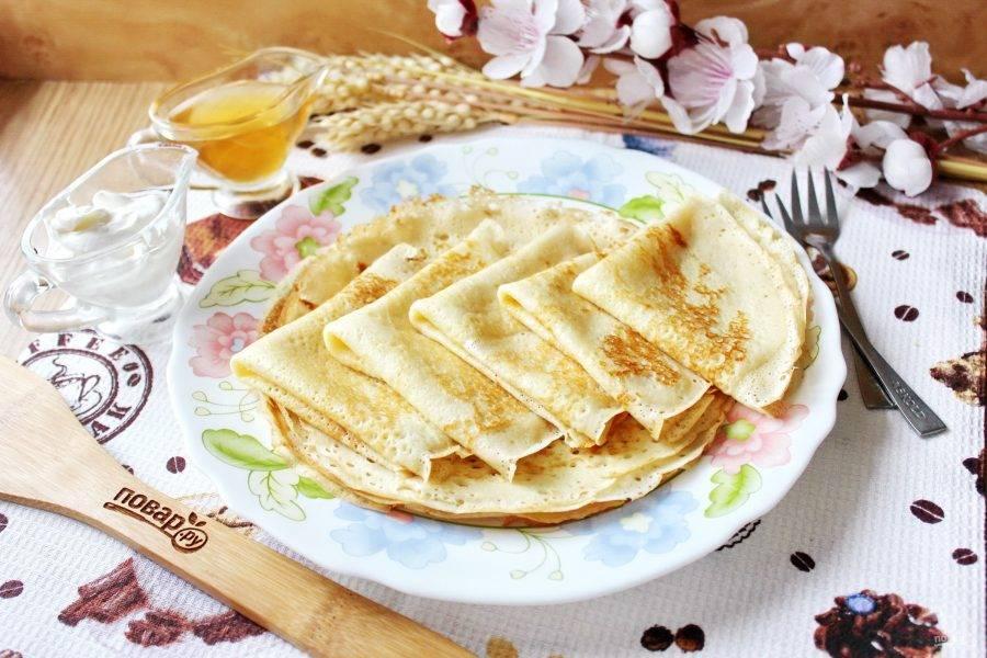 Блины на сырых дрожжах готовы. Подавайте к столу с мёдом, сметаной, вареньем или начиняйте любым фаршем.
