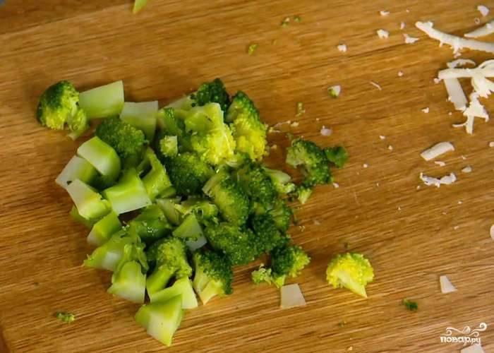 Брокколи помойте, разберите на соцветия и отварите в кипящей воде (3 минуты). Потом удалите из брокколи лишнюю влагу и нарежьте её кубиками.
