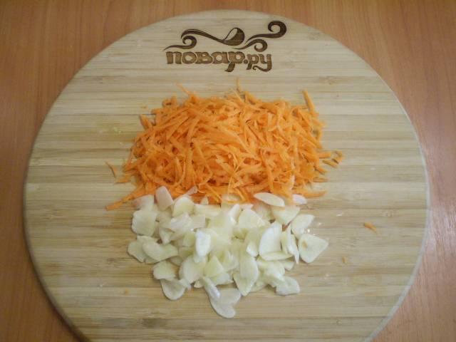4. Режем тонко чеснок и трем морковь на крупной терке.