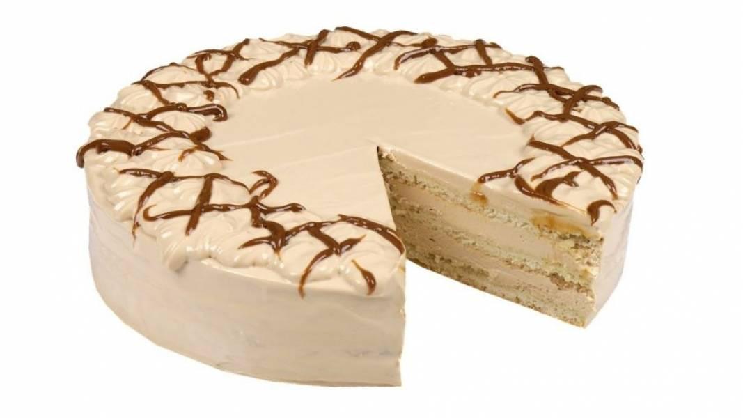 7. Сверху украсьте торт кремом и вареной сгущенкой. Приятного аппетита!