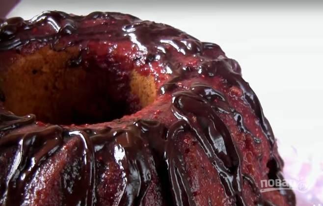 8. Шоколад растопите на водяной бане или в микроволновке, добавьте ложку сливочного масла. Украсьте глазурью кекс и дождитесь, когда она застынет.