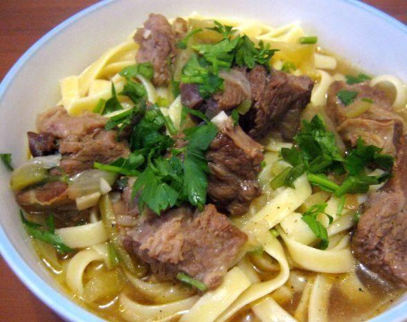 Перед подачей на стол добавляем в суп лапшу, чуть разогреваем. Приятного аппетита!