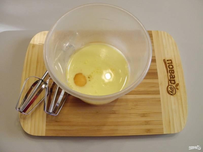 В чаше для миксера соедините все жидкости: молоко, яйцо, масло оливковое. На максимальных оборотах миксера взбейте массу до появления белой пены. Масса увеличивается в три раза минимум.