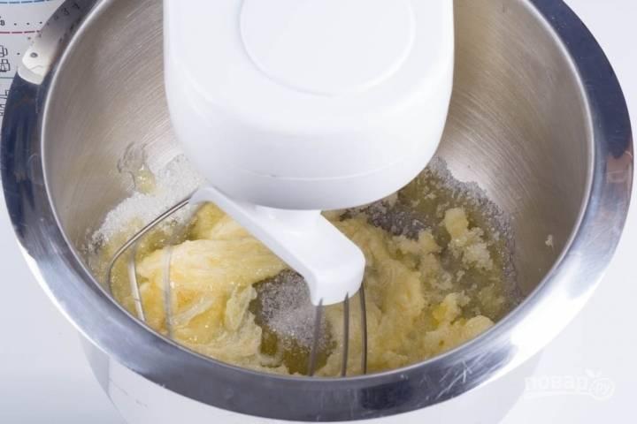1.В чашу миксера всыпаю сахарный песок (100 грамм) и добавляю размягченное сливочное масло (75 грамм).  Перетираю массу с помощью венчика.