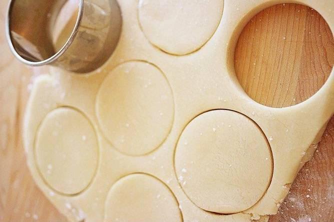 Раскатываем тесто, чтобы получился пласт толщиной 1 см. Формочками вырезаем печенье. Разогреваем духовку до 180 градусов. Выпекаем печенье примерно 15-17 минут.