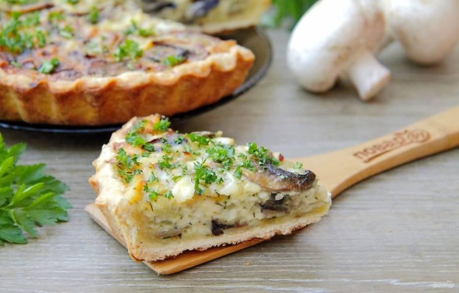 """Пирог """"Сырно-грибное удовольствие"""" готов. Нарежьте на порции и подайте к столу. Приятного аппетита!"""