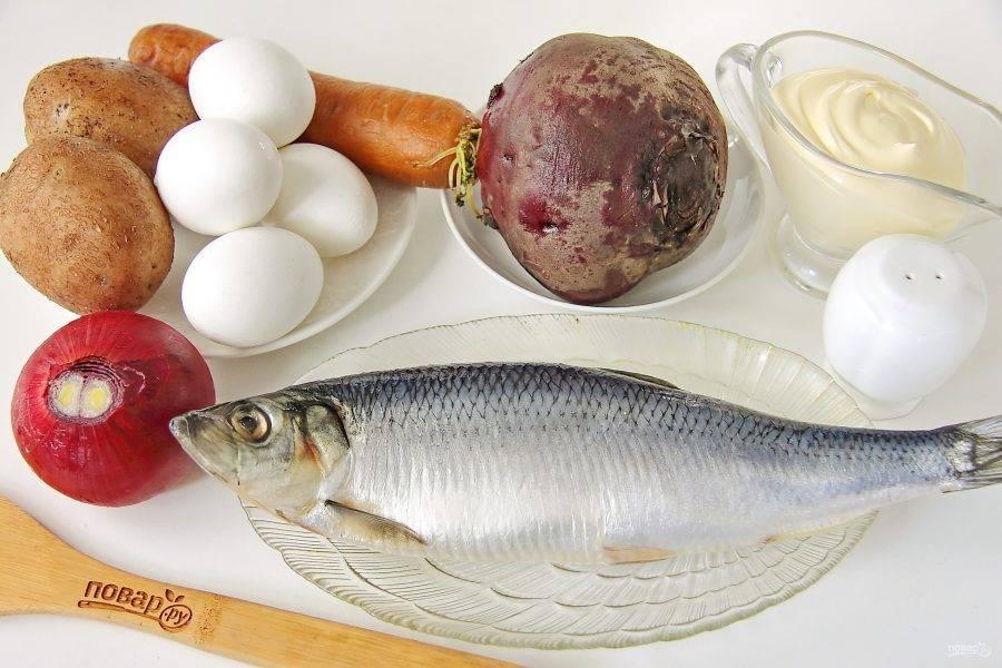Подготовьте все ингредиенты. Все овощи (кроме лука) и яйца заранее отварите и дайте остыть.