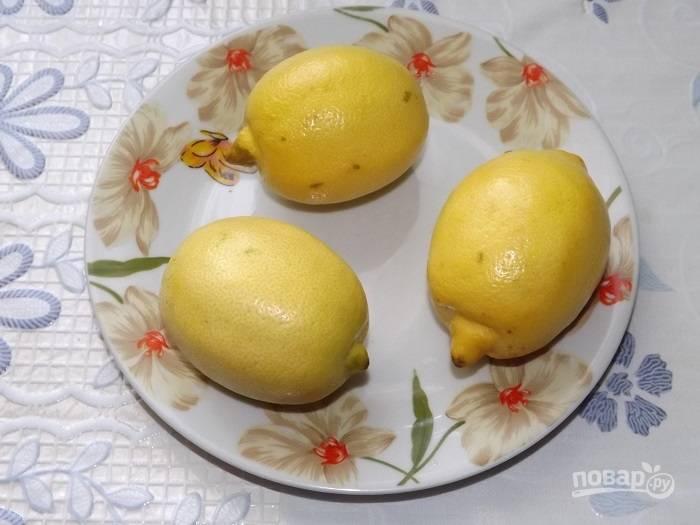 7. Вымойте лимоны, выжмите сок и влейте его в кастрюлю.