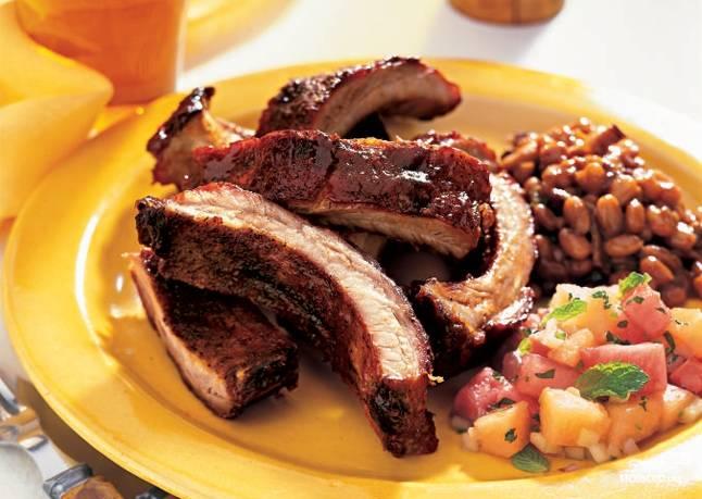 Готовым копченым свиным ребрышкам дайте остыть в течение 15-20 минут в закрытой емкости. Подавайте с овощами, пивом и соусами. Приятного аппетита!