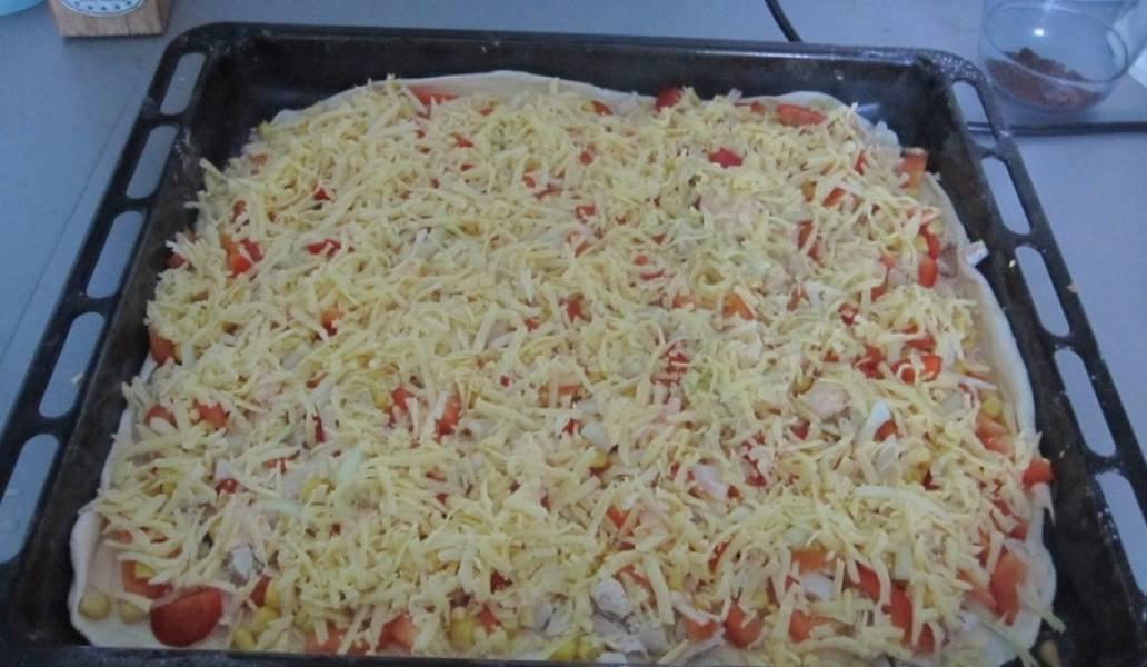 12. Засыпать сверху и отправить в разогретую духовку. Готовится пицца из слоеного бездрожжевого теста в домашних условиях около 20-30 минут.