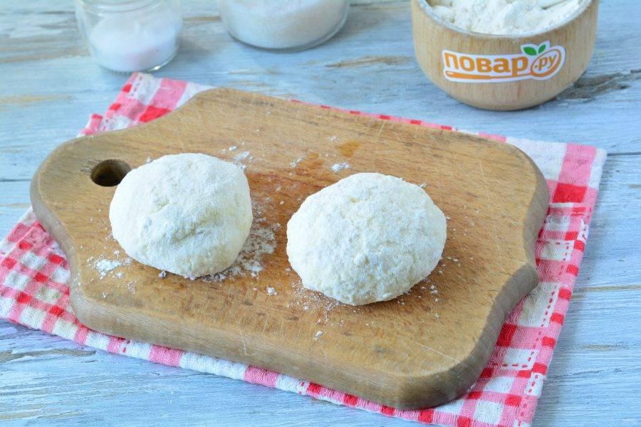 Сформируйте круглые сырники и запанируйте их в муке.
