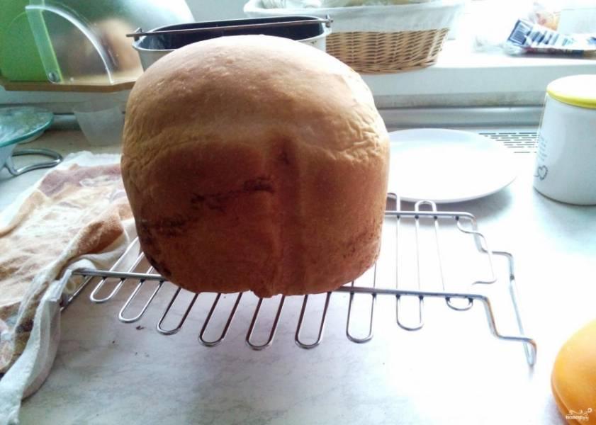 Оставьте хлеб на решетке, дайте ему возможность остыть. Затем его можно резать и кушать. Хлеб получается настолько вкусным, что его можно подавать к чаю со сливочным маслом вместо сдобы.