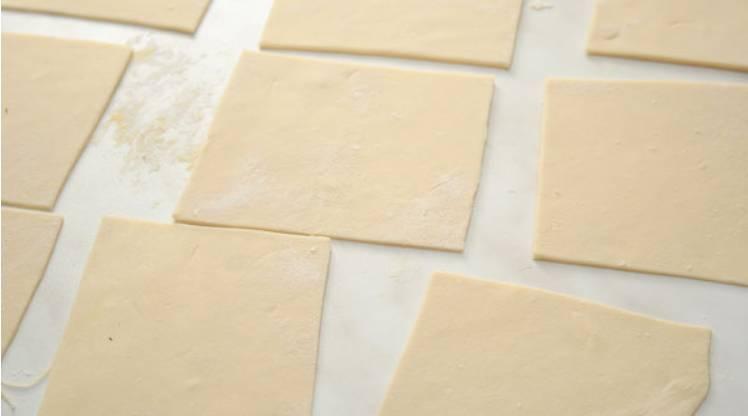Раскатываем тесто в тонкий пласт (2-3 мм) и делим на квадратики, размером 5 на 5 см.