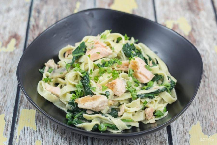 7. Пасту ещё раз перемешайте и ещё подогрейте. Подавайте блюдо с зеленью. Приятного аппетита!