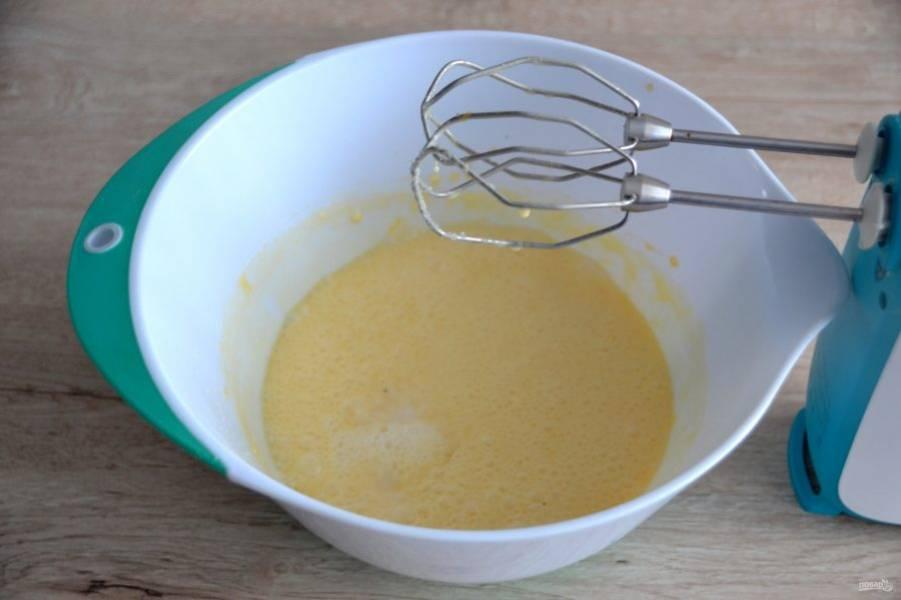 Добавьте в тесто щепотку соли, ванильный сахар и соду, гашенную в уксусе, смешайте.
