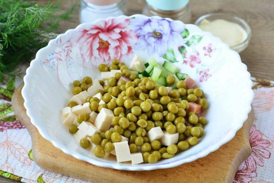 Слейте маринад с гороха, бобы всыпьте в салат.