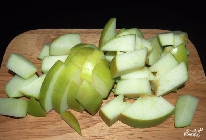 Яблоко нарежьте дольками, удалив сердцевину.