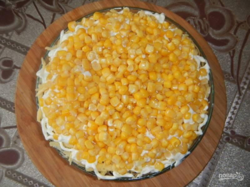 6. И завершающий этап — консервированная кукуруза. Выложите ее из банки и дайте стечь лишнему соку.
