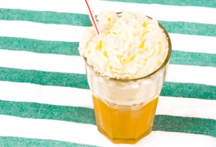 """3.  Далее добавьте слой взбитых сливок. Подождите, пока коктейль """"успокаивается"""", и подавайте на стол. Приятного аппетита!"""