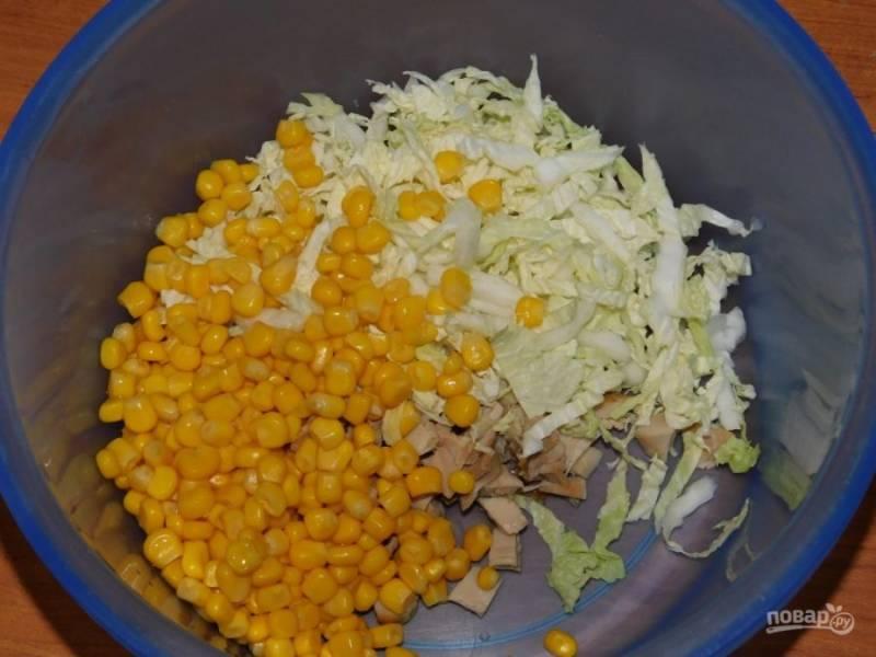 Добавьте кукурузу и мелко нарезанную пекинскую капусту.