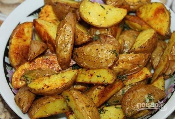 За 5 минут до готовности посыпьте блюдо укропом и чесноком. Ароматная деревенская картошка готова!