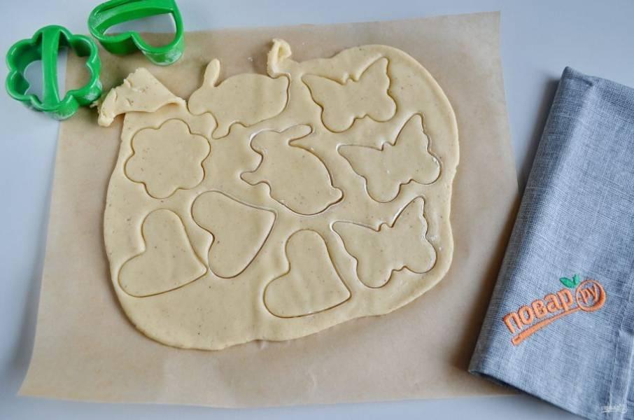Вырубки для печенья окуните в муку, потом выдавливайте печенье.
