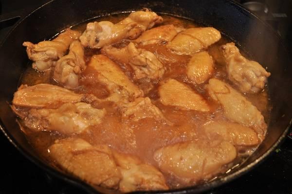 8. На сковороду вылить соус и оставить блюдо тушиться на среднем огне.