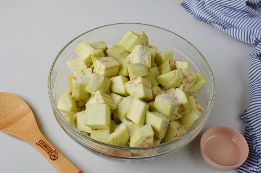 Добавьте 2 чайные ложки соли, перемешайте и оставьте на баклажаны на 20 минут.